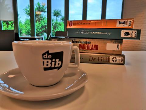 kop koffie en stapel boeken